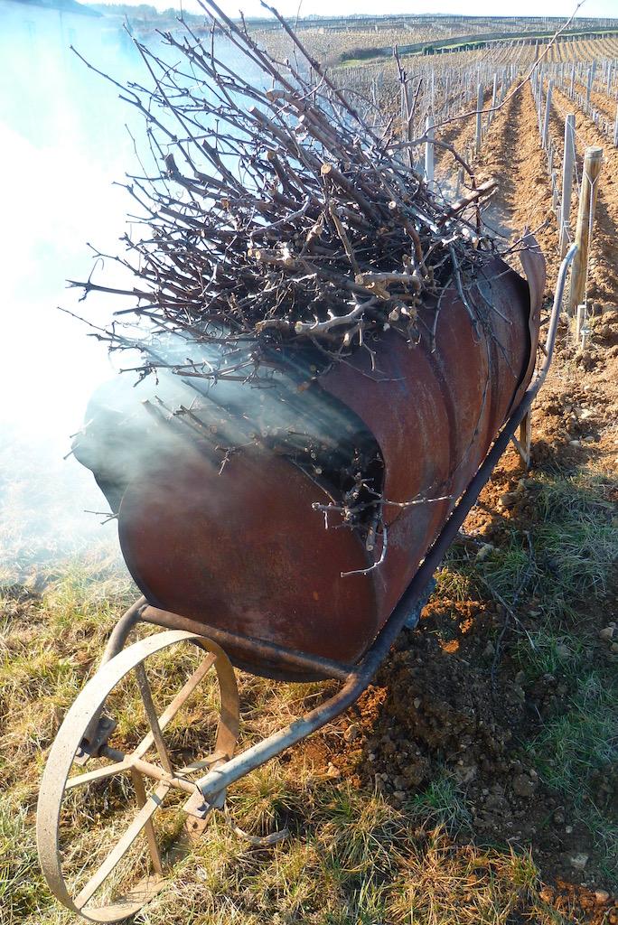 brouetteブルーエット(手押し車)に集めた枝をつぎつぎと入れて、燃やしながら進んでいく。